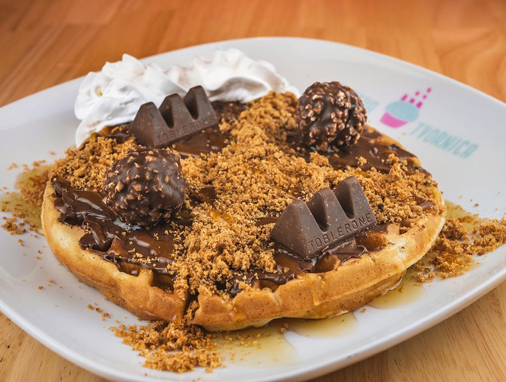 Waffle, nutella, toblerone, ferrero rocher, orasi, šlag i preljev lješnjak